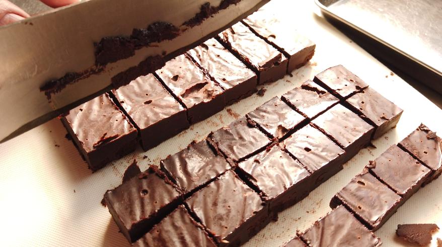 【生チョコレシピ】6.バットから取り出し、クッキングペーパーとラップを外して、温めた包丁で切り分ける。