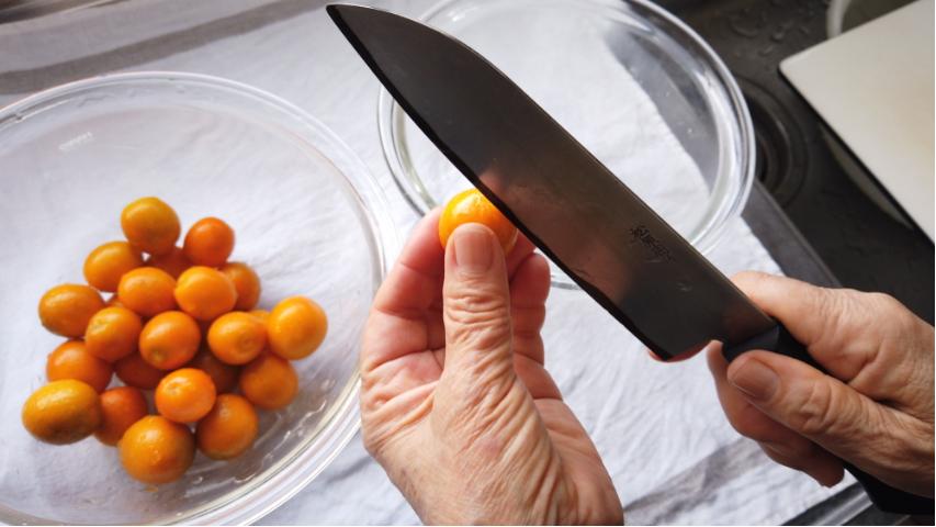 【金柑のはちみつ漬けの作り方】3.金柑を竹串などで穴を開けるor縦に切れ目を入れる。