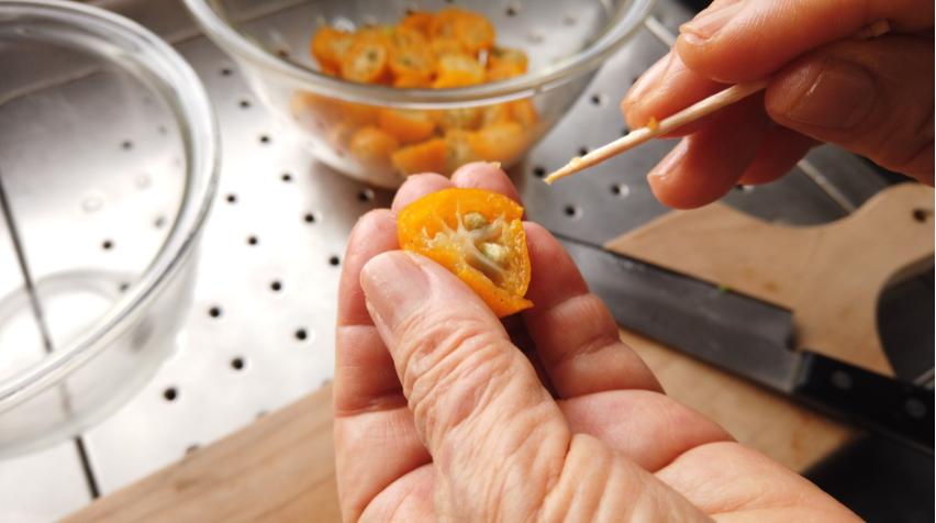 【金柑のはちみつ漬けの作り方】7.金柑から、竹串や爪楊枝を使って、種を取り出す。