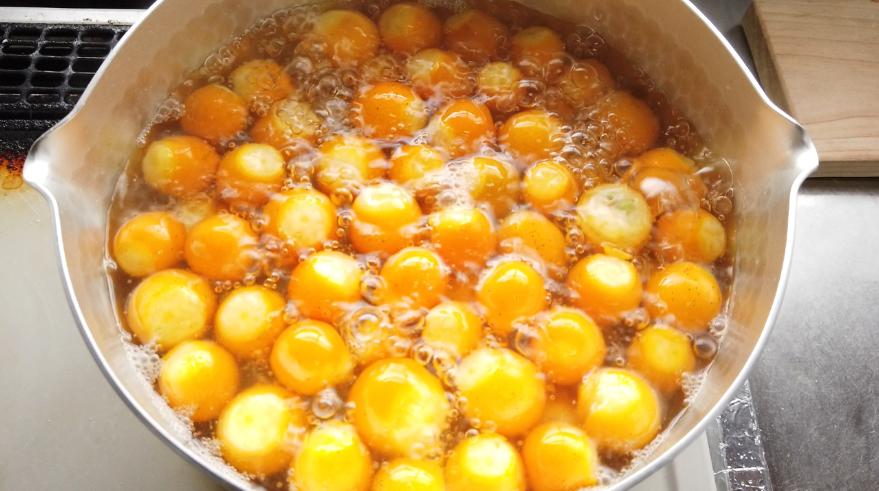 【金柑ジャムレシピ】金柑を中火で5分ゆで、灰汁を抜く。