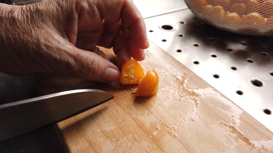 【金柑ジャムレシピ】金柑を半分に切る。