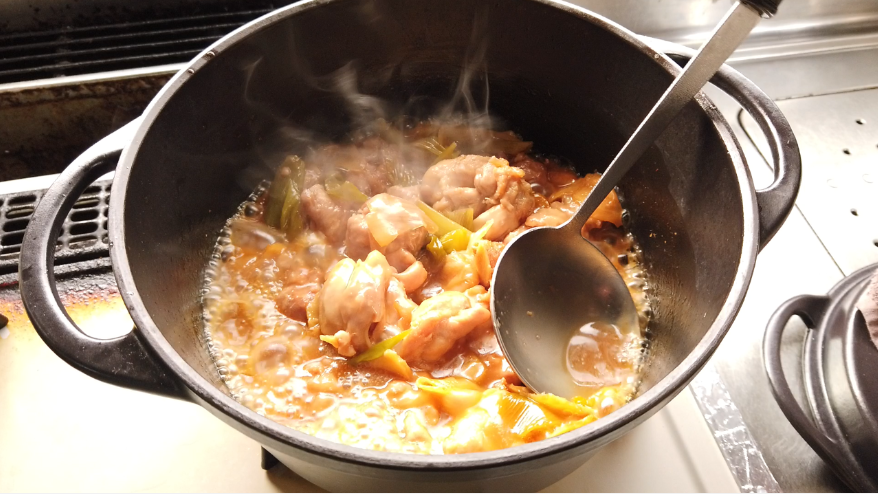 【鶏もも肉と金柑のはちみつ漬けの煮物レシピ】4.煮たら、強火にして鶏肉に煮汁をかけながら照りをつける。