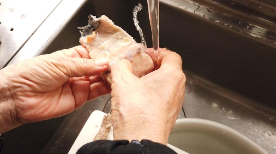 【アラ汁レシピ】3.流水で血合いを洗い流します。