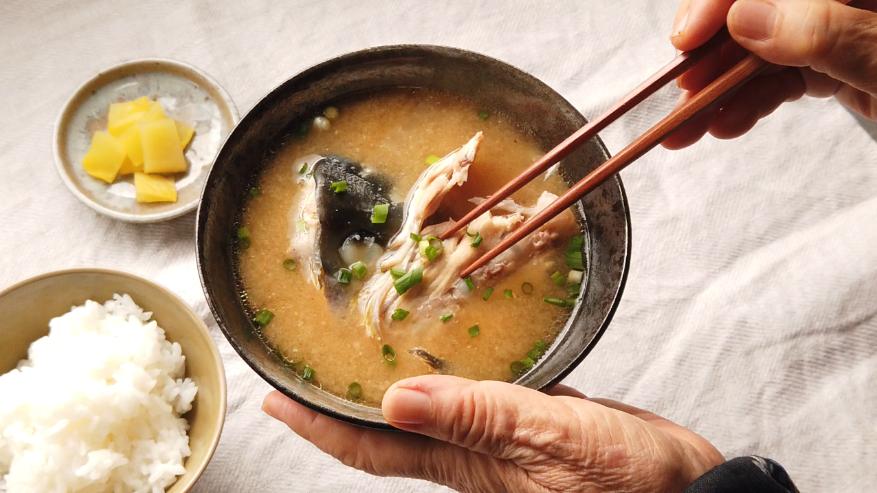 【アラ汁レシピ】6.器に盛り付けて、小口切りにした小ねぎを振って、出来上がり!