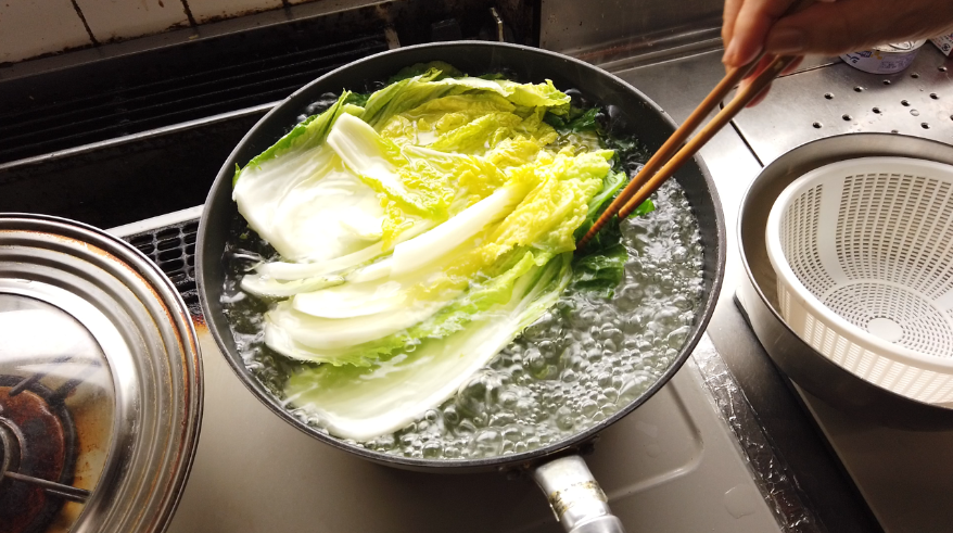【白菜と豆腐とツナのクリーム煮レシピ】1.白菜を一枚ずつはがして、塩ゆでし、冷めたら、食べやすい大きさに切ります。