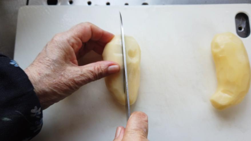 【肉じゃがレシピ】1.じゃがいも、人参、玉ねぎ、えんどうを食べやすい大きさに切ります。