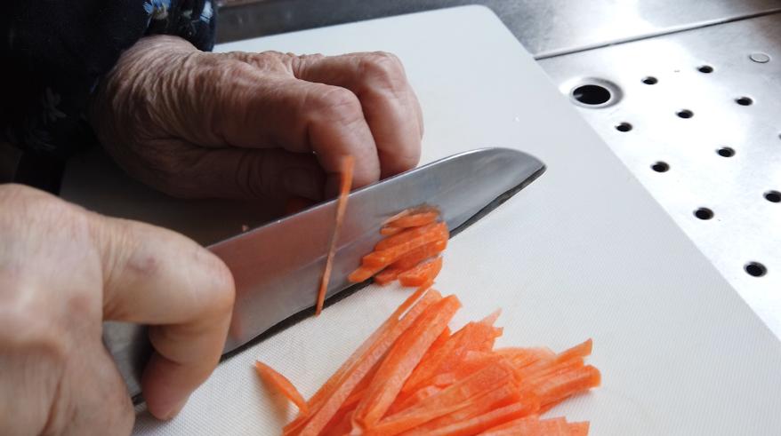 【茹で干し大根の煮物レシピ】2.人参を細切りにして、油揚げは油抜きをして細切りにします。