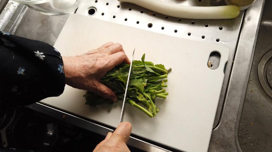 【菜の花と炒り卵の炒め物レシピ】1.食材の下ごしらえ。菜の花は長さを半分にします(花の付いた部分と茎の部分を分けて)。ぶなしめじは石づきの部分を切ってほぐします。長ネギは斜め切りにします。卵を溶いて片栗粉(水溶き片栗粉のほうが混ざりやすいです)を混ぜます。ウェイパーはお湯で溶かしておきます。水溶き片栗粉を作っておきます。