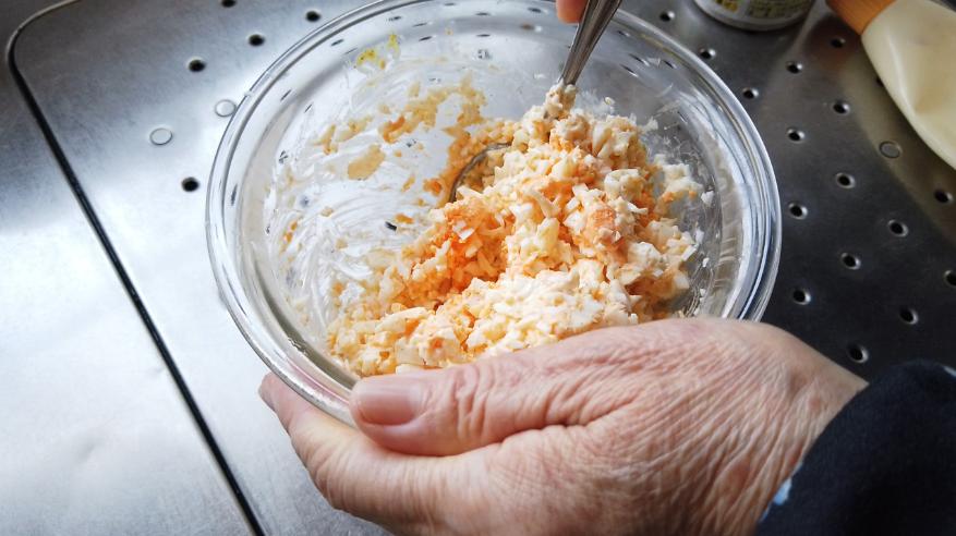 【たまごサンドレシピ】2.ボウルに刻んだ白身と黄身、塩コショウ、砂糖、マヨネーズ、からしを加えて、混ぜます。