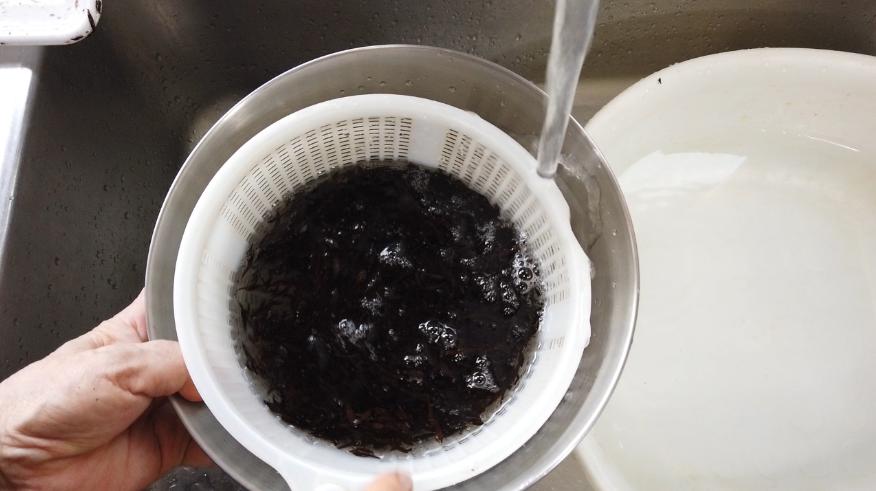 【ひじきの煮物レシピ】1.食材の下ごしらえ。ひじきはざるに入れて軽く洗います(ほとんどきれいな状態で販売されていますが念のため)。人参を細めの短冊切りにカットし、油揚げはお湯をかけて油を流して細めの短冊切りにカットし、いんげんは食べやすい大きさに切ります。