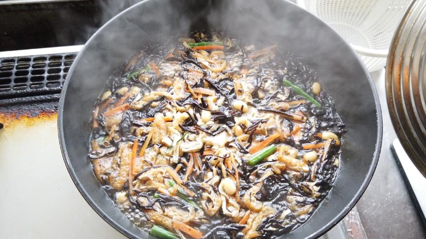 【ひじきの煮物レシピ】3.水、砂糖、みりん、しょうゆ、だしの素を加えて、一度煮立たせてから、フタをして弱火で煮ます。(水の量はヒタヒタ程度に)
