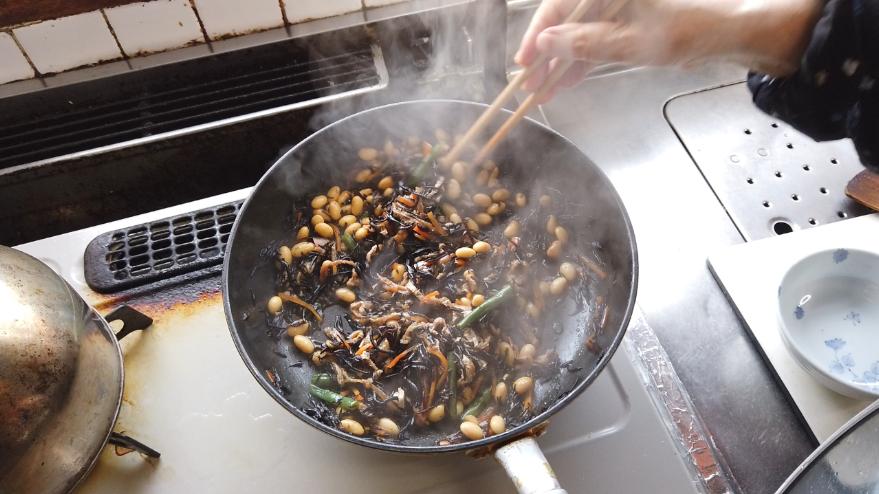 【ひじきの煮物レシピ】4.煮汁がほとんどなくなるまで煮えたら(人参に火が通っているかが目安)、いんげんを加えて、出来上がり。
