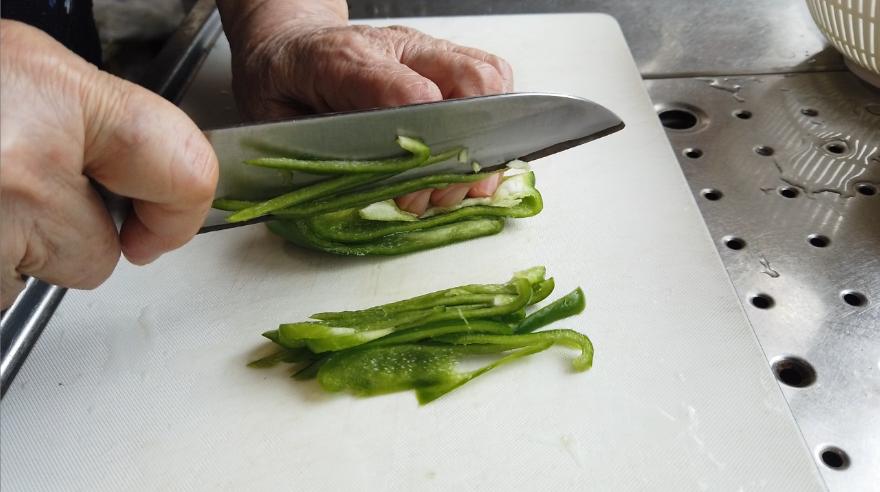 【ナポリタンレシピ】1.玉ねぎを薄切り、ピーマンを千切り、ハムは食べやすい大きさに切り(ウインナーの場合は斜め切り)、マッシュルームを半分に切る。