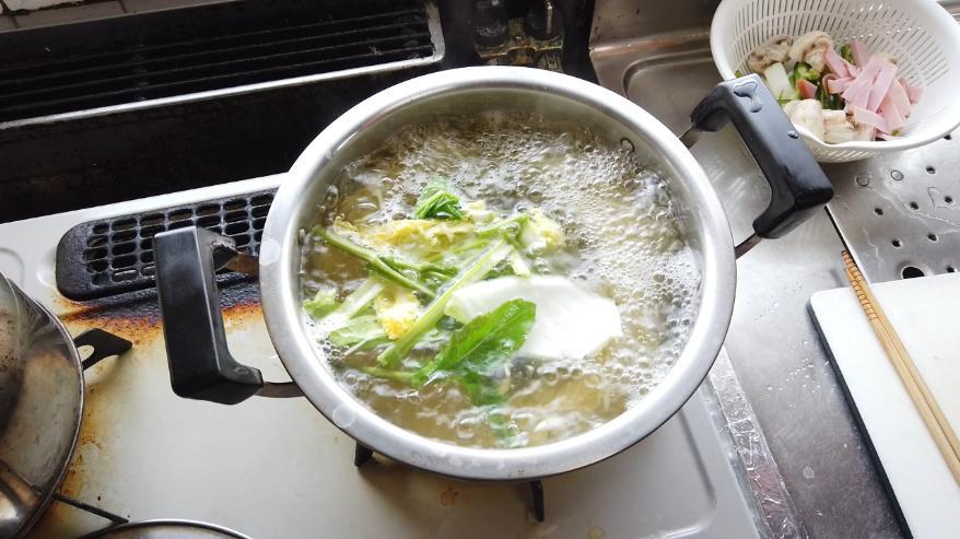 【ナポリタンレシピ】2.へたや皮などのくず野菜と一緒にスパゲッティをゆでる。 野菜の旨味がだしになる。少し長めに茹でる。
