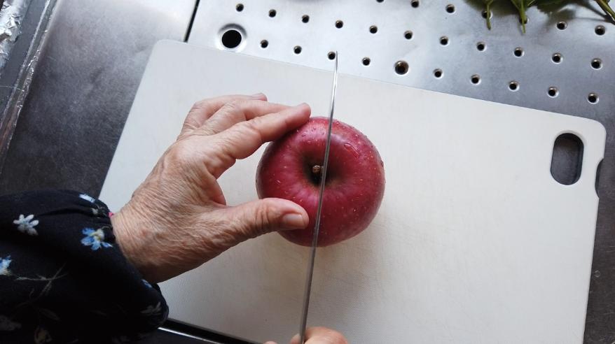 【即席アップルパイレシピ】1.リンゴを皮つきで12等分を目安にカットします。