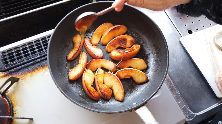 【即席アップルパイレシピ】3.はちみつ、シナモンを加えて、リンゴと絡めます。