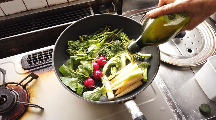 【春野菜の瞬間蒸しレシピ】3.オリーブオイルを鍋に3周分回しかけ、粗塩を2振り。