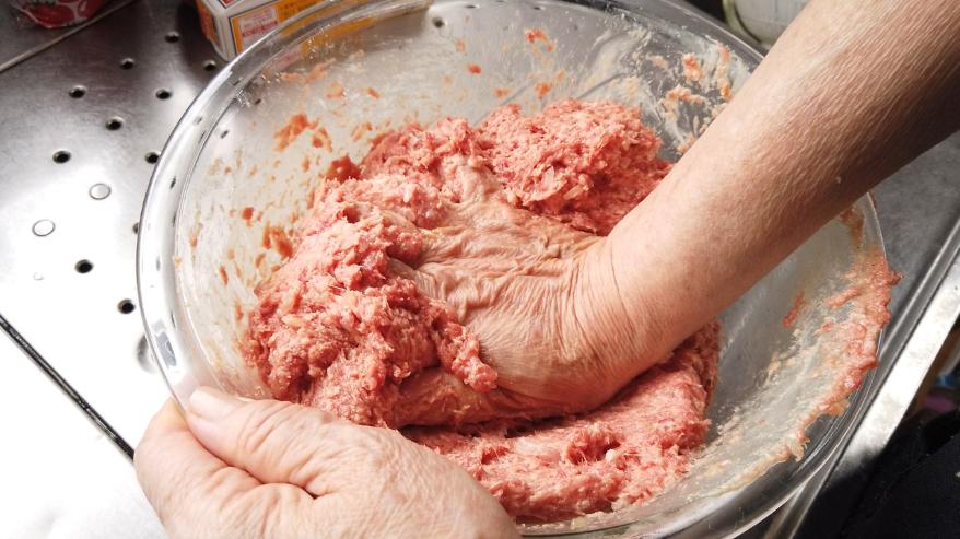 【煮込みハンバーグレシピ】3.ボウルに、合い挽き肉、卵、塩コショウ、ナツメグ、炒め玉ねぎを加えて、粘り気が出るくらいまで良くこねます。