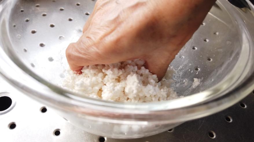 【白玉だんごレシピ】1.ボウルに白玉粉を入れ、水を少しずつ加えながら混ぜ、耳たぶくらいの柔らかさにこねます。(水の量に注意しましょう!)