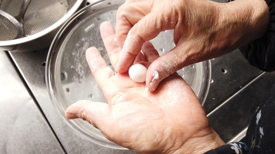 【白玉だんごレシピ】2.適当な大きさにちぎって丸め、丸めたら真ん中を軽くへこませて、沸騰したお湯の中に入れて茹でます。