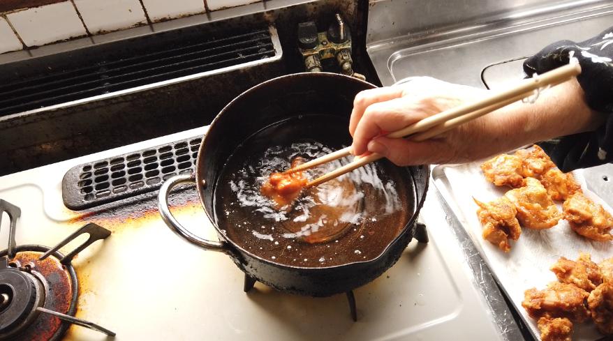 【鶏の唐揚げレシピ】7.油の温度を上げてから、二度揚げします。