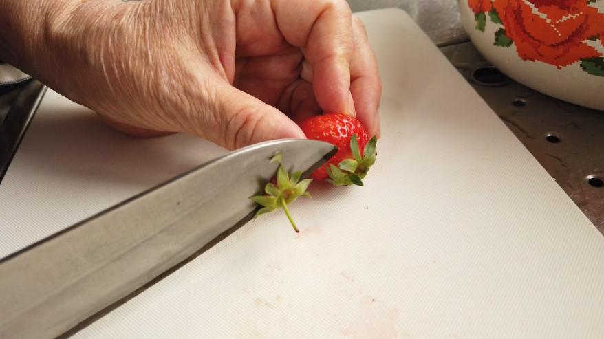 【いちごジャムのトーストレシピ】1.いちごを洗って、キッチンペーパーで水気をふき取り、ヘタを切り、重量を計ります。