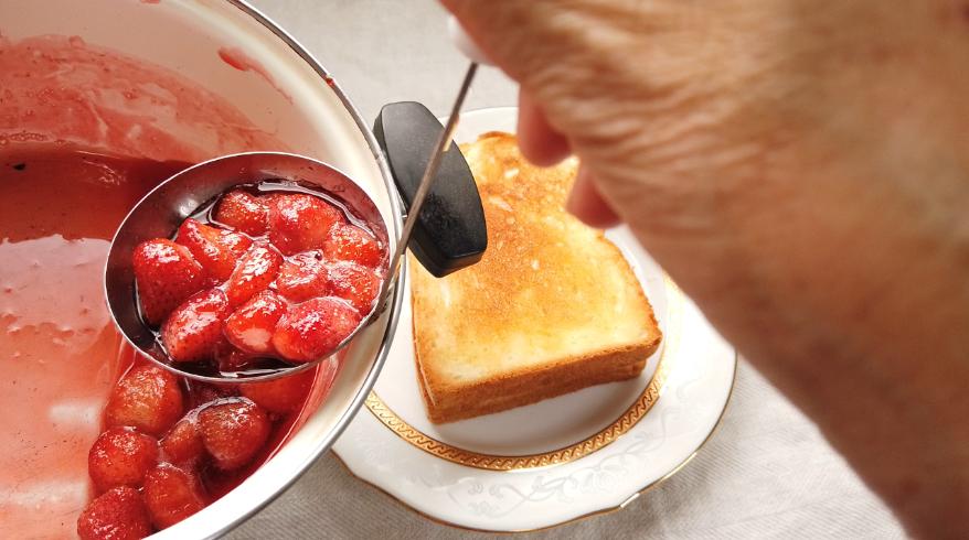 【いちごジャムのトーストレシピ】4.出来立てのいちごジャムをバターを塗ったトーストにたっぷりとかけて出来上がり!