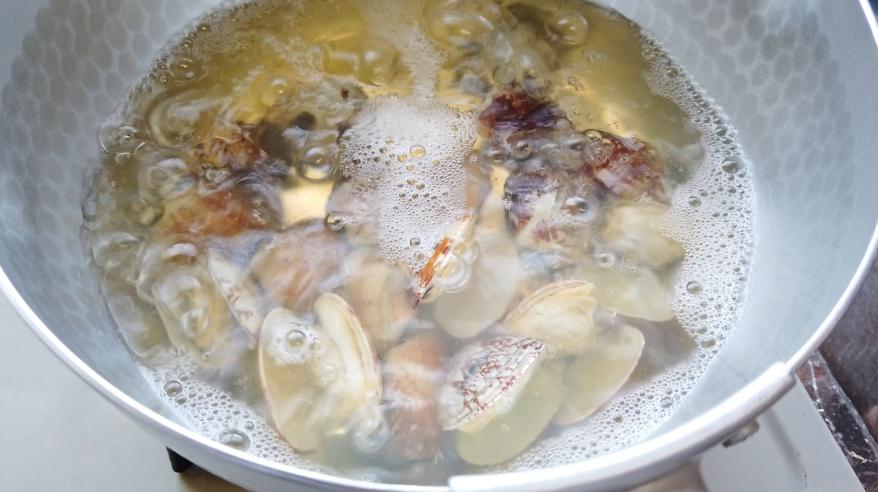 【アサリの味噌汁レシピ】3.出汁をとった鍋にアサリを入れて貝が開くまで温めます。