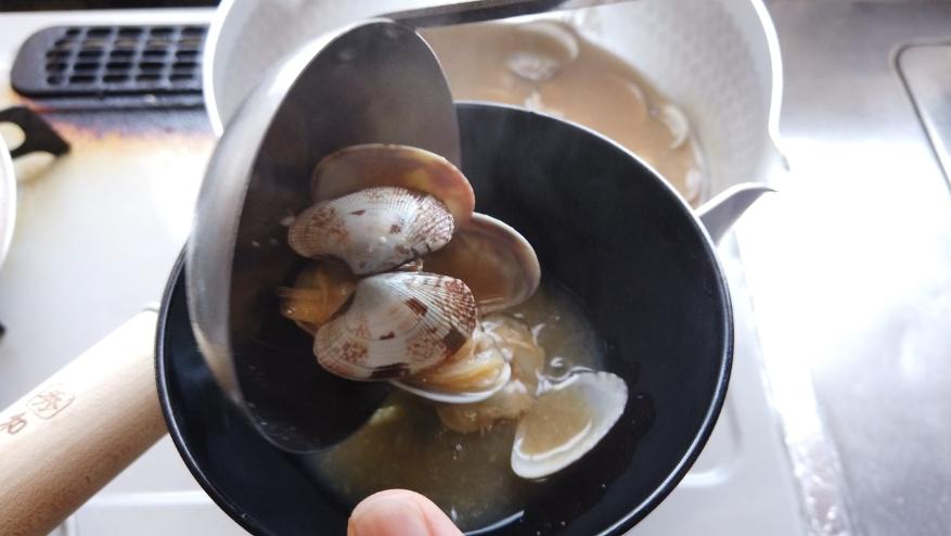 【アサリの味噌汁レシピ】5.小口切りに刻んだ万能ねぎを振りかけて出来上がり!