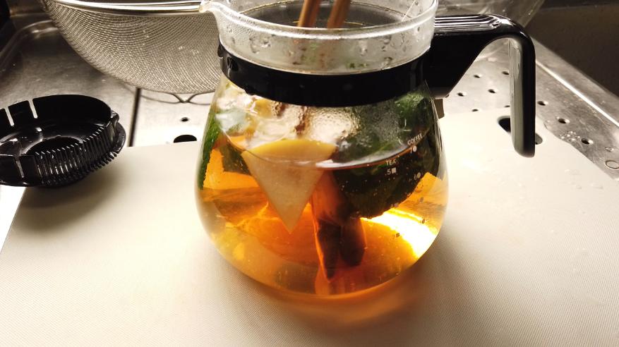 【アップルミントティーレシピ】2.耐熱容器にアップルミント、カットしたリンゴ、ティーバッグを入れて、お湯を加えます。