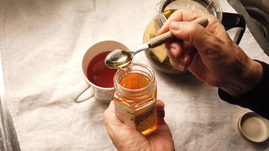 【アップルミントティーレシピ】3.マグカップに入れて、お好みでハチミツを加えて、出来上がり!