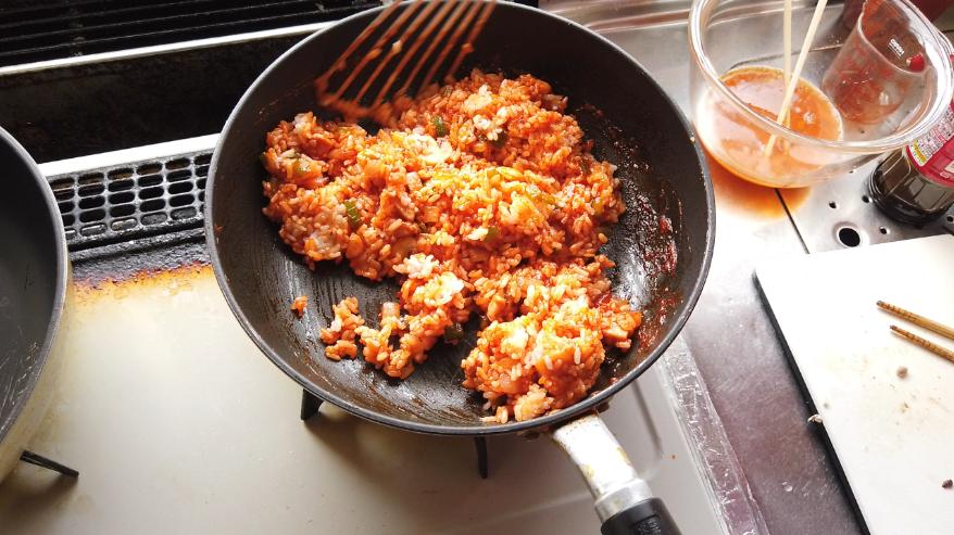 【オムライスレシピ】6.ご飯を入れて、炒めながら混ぜ合わせます。