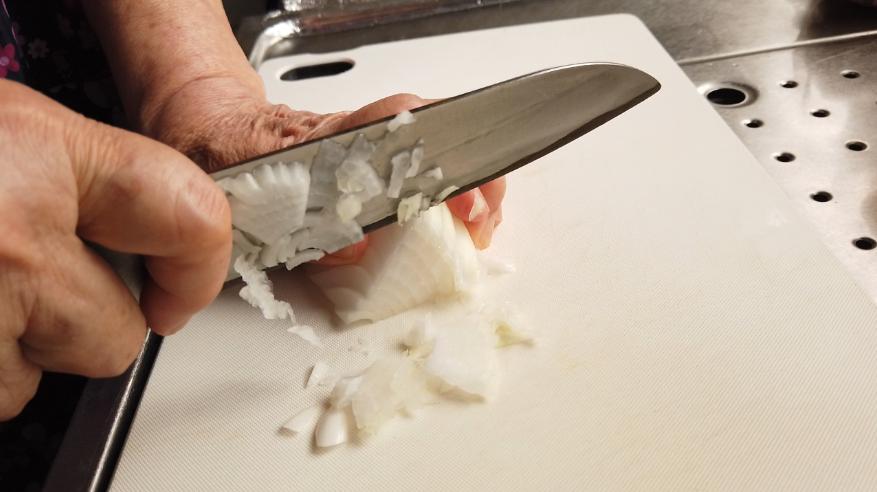 【万能玉ねぎ味噌ドレッシングレシピ】1.下ごしらえ。玉ねぎをみじん切りにします。