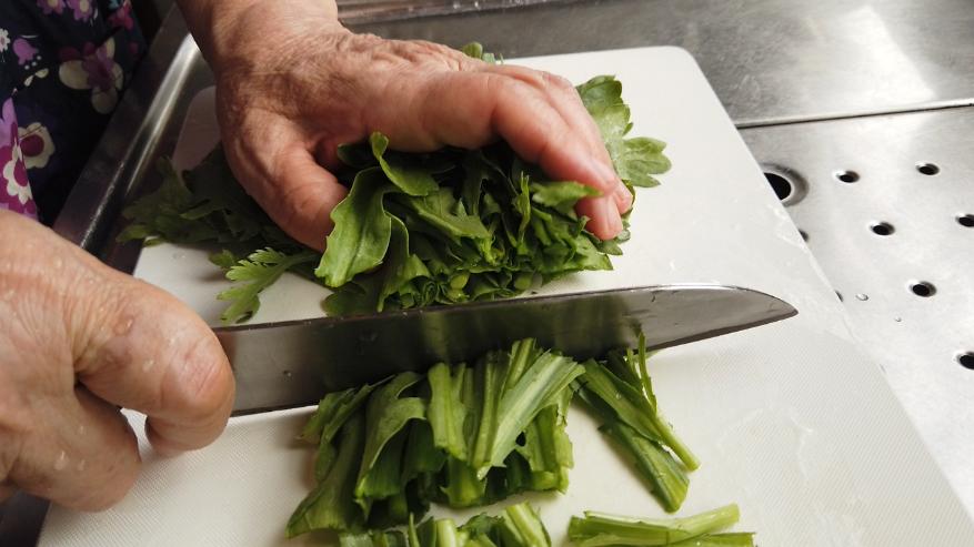 【春菊サラダレシピ】1.春菊を洗って水気をよく切り、食べやすい大きさに切ります。