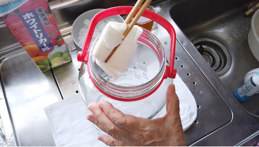 【梅酒の作り方】6.保存容器を殺菌消毒します。