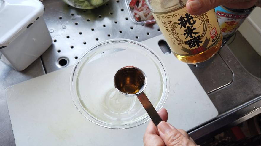 【キュウリとワカメとカニカマの酢の物レシピ】2.ボウルに酢・砂糖・しょうゆ・生姜の搾り汁を入れて混ぜ合わせます。