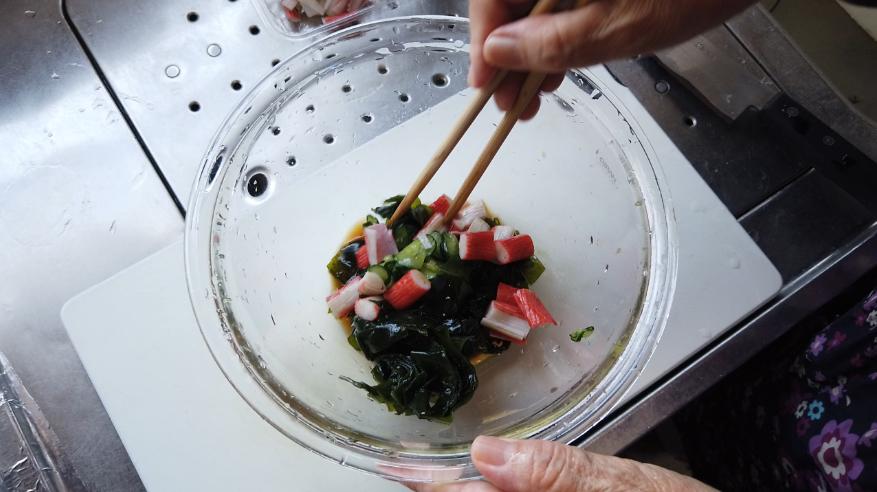 【キュウリとワカメとカニカマの酢の物レシピ】3.ボウルにきゅうり、わかめ、かにかま、調味液を入れて、混ぜ合わせたら、出来上がり!