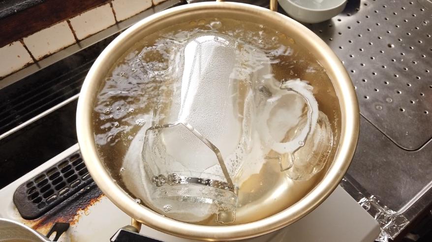 【保存容器の煮沸消毒】7.大きな鍋に水と保存容器(下に布巾を敷く)を入れて、水から温めて沸騰してから10分から20分煮沸消毒を行ないます。
