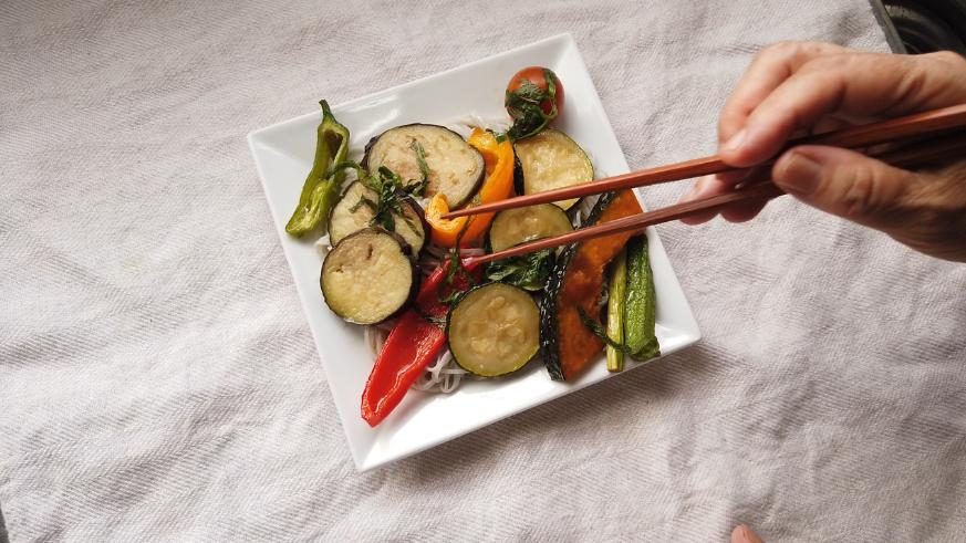 【夏野菜の揚げびたしレシピ】5.えごま蕎麦・黒ごま素麺をそれぞれ目安の時間茹で、ザルに上げ、水で洗い、器に盛りつけて、最後に夏野菜の揚げびたしをのせて完成!