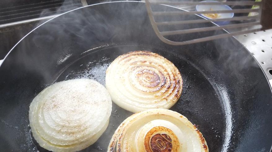 【玉ねぎのステーキ(ガーリックバター醤油ソテー)レシピ】3.玉ねぎにしっかり焼き目がつくように両面を焼きます。