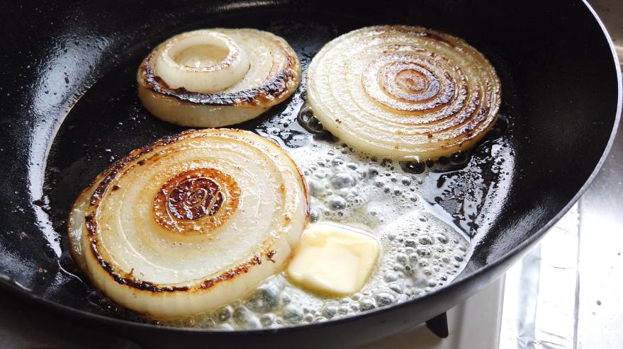【玉ねぎのステーキ(ガーリックバター醤油ソテー)レシピ】4.バターを入れます。