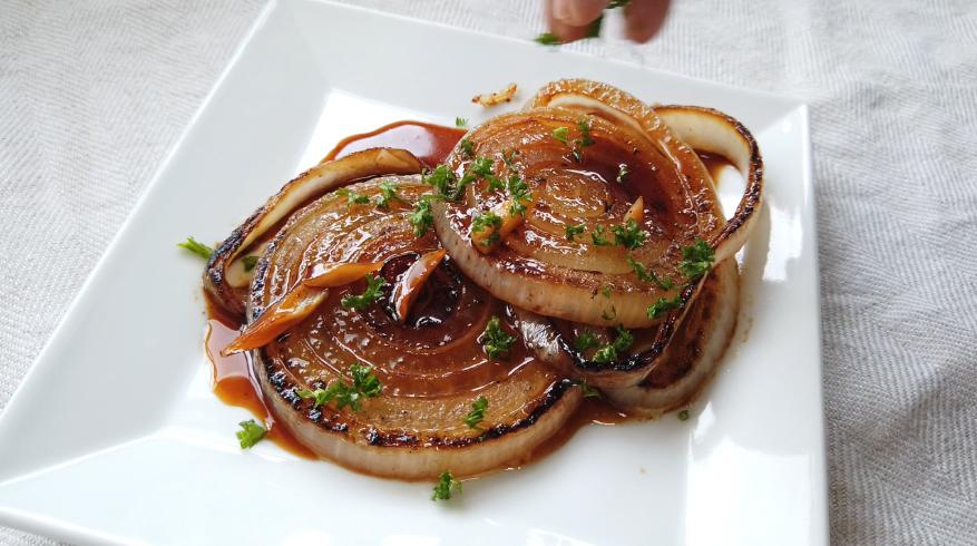 【玉ねぎのステーキ(ガーリックバター醤油ソテー)レシピ】6.器に盛り付けて、ソースをかけ、パセリを振りかけたら、出来上がり!