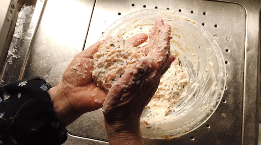 【豆腐ハンバーグ(ひじきの煮物入り)レシピ】3.ひじきの煮物、薄力粉を加えてさらに混ぜ、分けて、形を整えます。