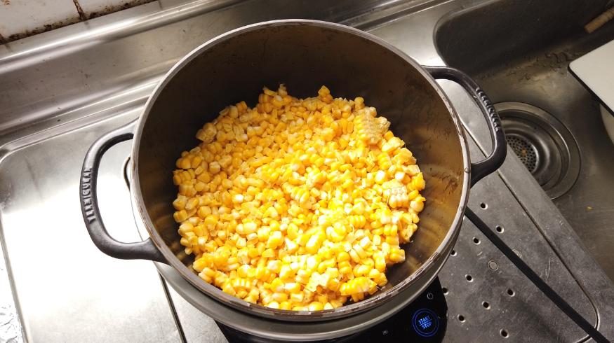 【コーンポタージュレシピ】2.バーミキュラライスポットに水大さじ2とトウモロコシを入れて、ふたをして【弱火】で20分加熱します。