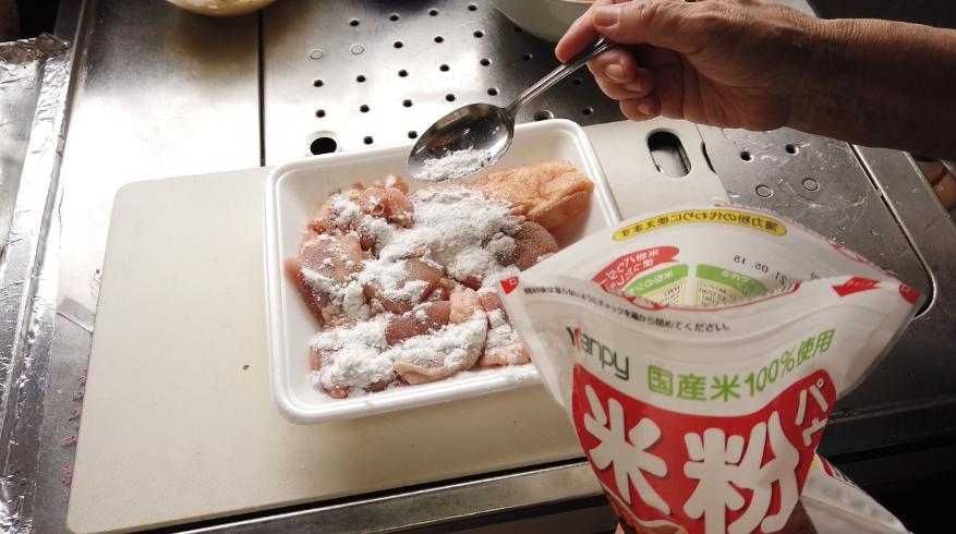 【チキン南蛮レシピ】1.鶏肉を揚げる。米粉(小麦粉や片栗粉でもOK)をかけます。