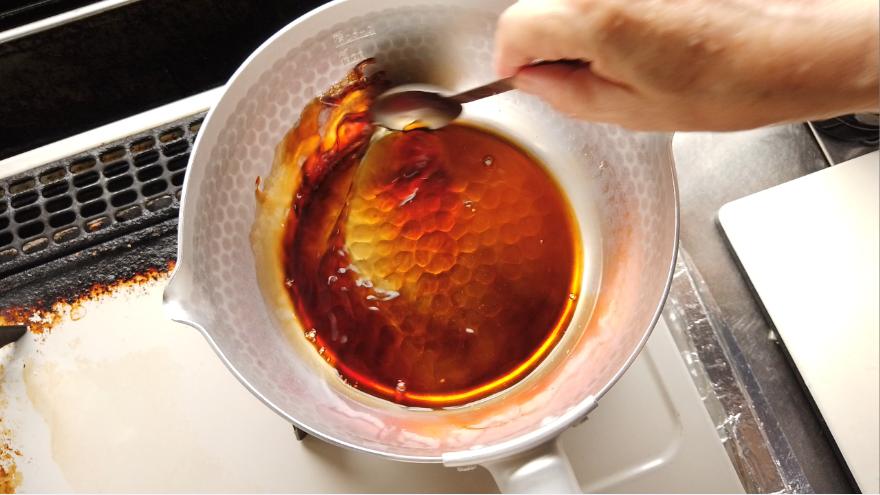 【チキン南蛮レシピ】2.甘酢だれを作る。甘酢だれの材料(砂糖・酢)を鍋で煮立たせたものとしょうゆを合わせます。