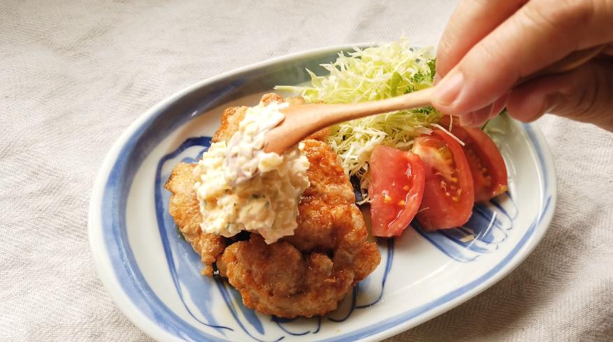 【チキン南蛮レシピ】4.盛り付け。タルタルソースをかけます。