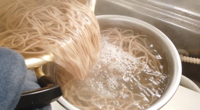 【レモン蕎麦レシピ】4.えごま蕎麦をたっぷりのお湯で4分ゆで、ざるにあげ、水で洗います。