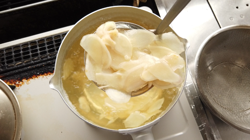 【新生姜の甘酢漬け(ガリ)レシピ】4.たっぷりのお湯が入った鍋で新生姜を1~2分茹でます。