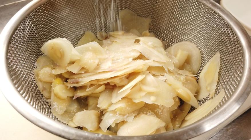 【新生姜の甘酢漬け(ガリ)レシピ】5.新生姜が茹で上がったら、ザルにあげ、水気をきり、塩を振りかけて、しばらく置いておきます。